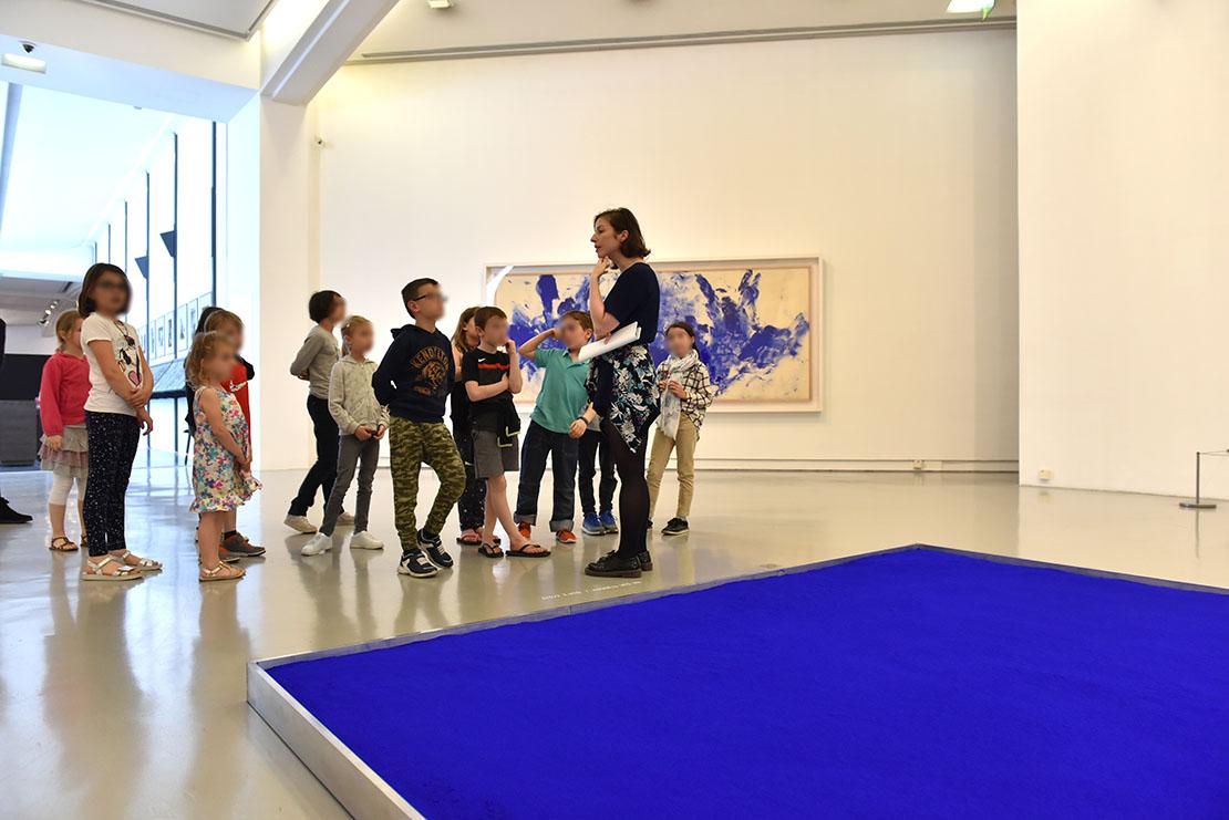 Guide face à des enfants lors d'une Visite guidée dans le cadre de la Journée hommage à Yves Klein en 2018.