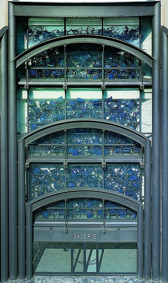 Arman, Camin dei Inglese, 2004, Oeuvre en 3 dimensions, Accumulation Chaises bleues Don de l'artiste en 2004, Photo François Fernandez, © Adagp, Paris, 2020