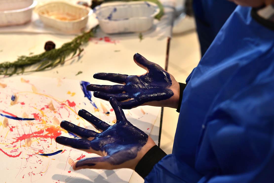 Ateliers Môm'Arts sur l'artiste Yves Klein : mains d'enfants pleines de peinture bleue Klein