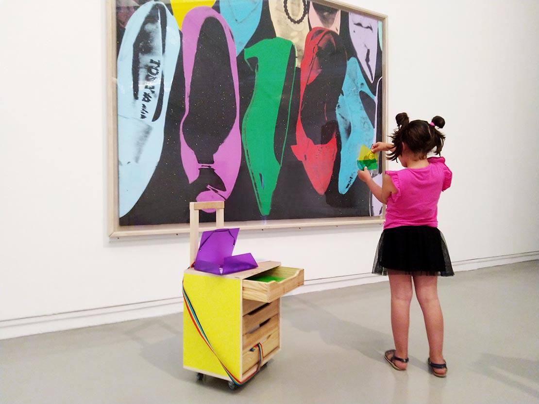 Jeune fille de dos face à une oeuvre d'Yves Klein : Anthropométrie sans titre, (ANT 84), 1960. Photo Muriel Anssens